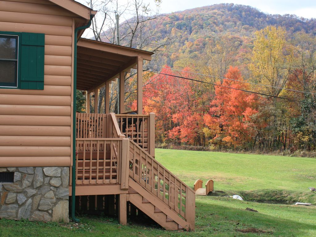 Maggie Valley Modern Log Cabin rental on 2 minutes to Cataloochee Ski Area